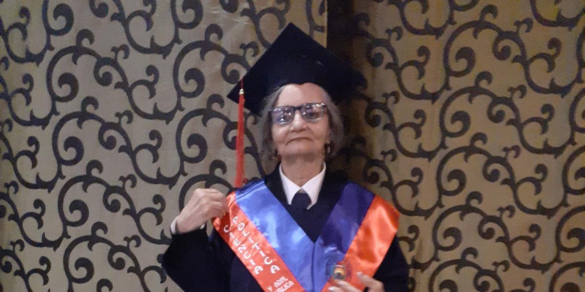 A sus 71 años se tituló en Ciencias Políticas